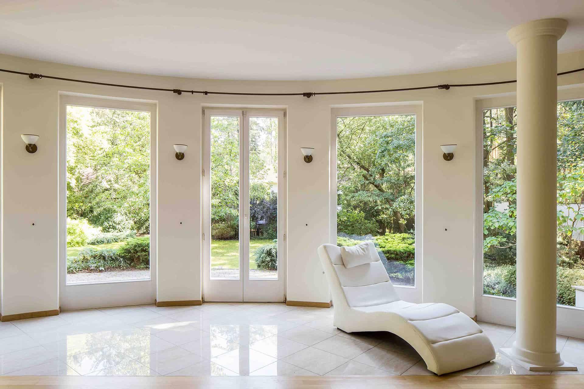 Ośrodek terapii uzależnień - salon z widokiem na ogród